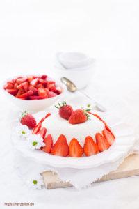 Joghurtbombe mit Erdbeeren verziert von herzelieb
