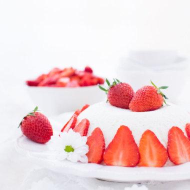 Joghurtbombe - Dessert mit Erdbeeren