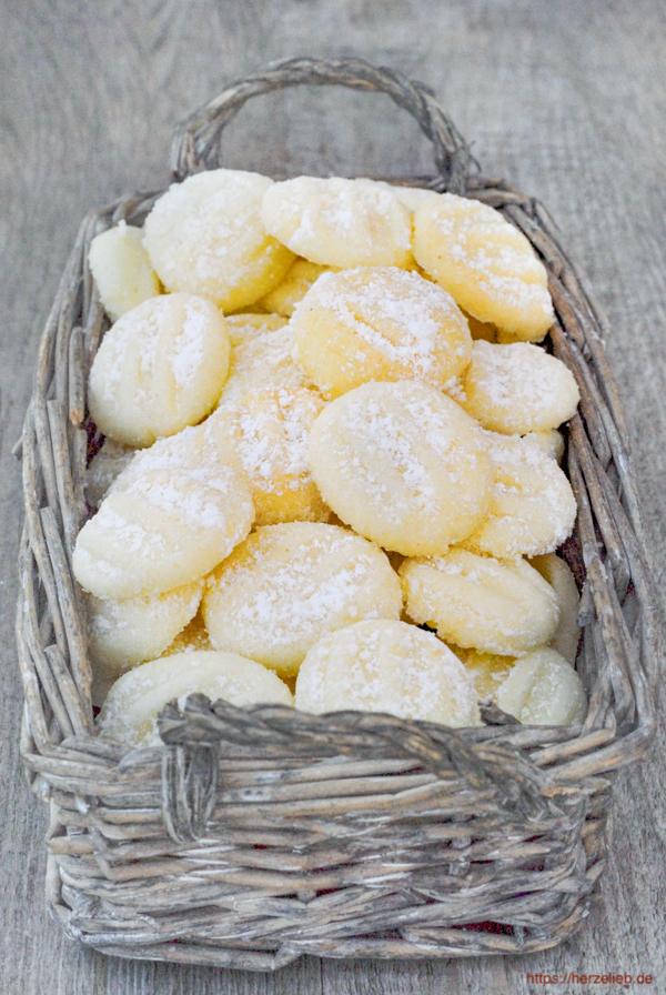 Schneeflöckchen sind die vielleicht zartesten Kekse der Welt. Das Rezept ist von herzelieb