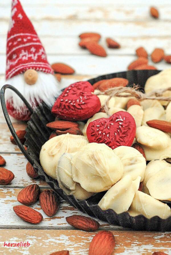 Weiße Schoko-Lakritz-Mandeln - ein Geschenk aus der Küche - herzelieb