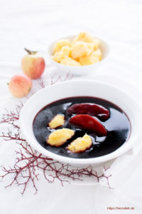 Ein traditionelles norddeutsches Gericht - die Fliederbeersuppe mit Grießklöschen oder Klümp
