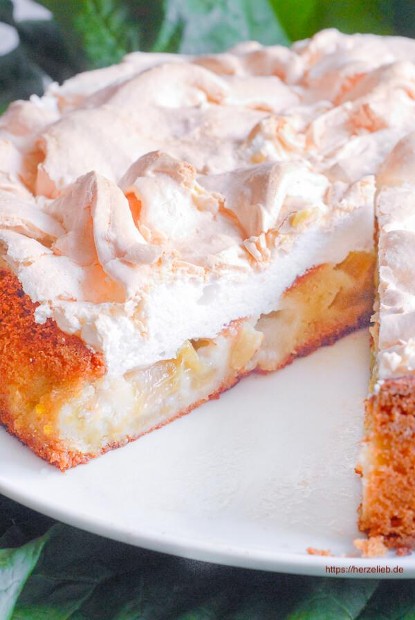 Rhabarberkuchen mit Baiserhaube angschnitten