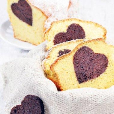Dieser Herzkuchen mit einem Herzen im Inneren ist toll zum Valentinstag oder zum Geburtstag.