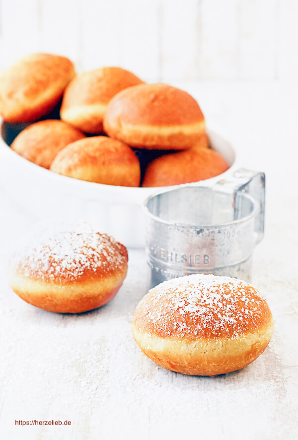 Berliner Rezept – Gefüllte Kuchen mit Pflaumenmus, die in Fett gebacken werden.