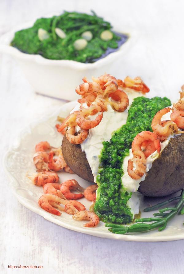 Ofenkartoffel mit Krabben aus der Nordsee, Quark und Queller Pesto
