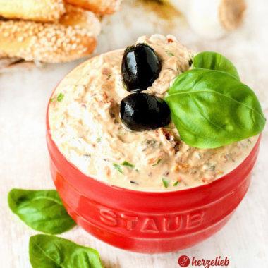 Mediterraner Frischkäse Dip mit getrockneten Tomaten, schwarzen Oliven, Frischkäse und Basilikum