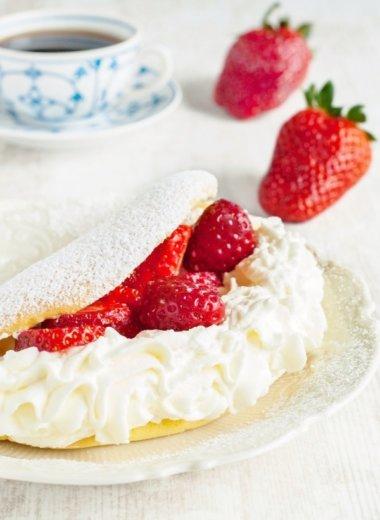 Schaum-Omelette mit Erdbeeren auf einem Teller