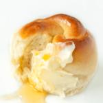 Honig-Brotkranz zum Frühstück mit Butter und Honig