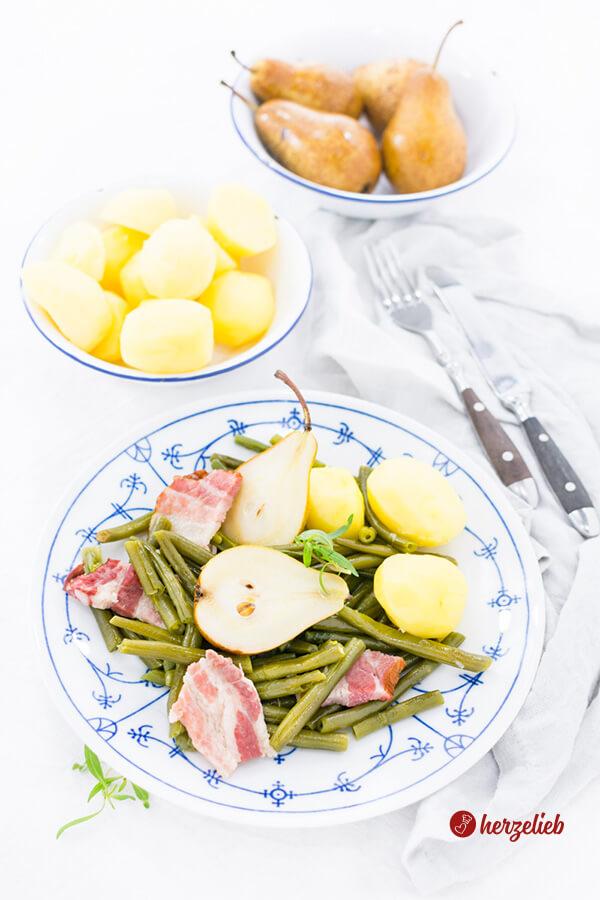 Birnen Bohnen und Speck mit Kartoffeln auf dem Teller