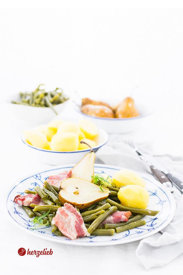 Birnen Bohnen und Speck auf blauweißem Teller