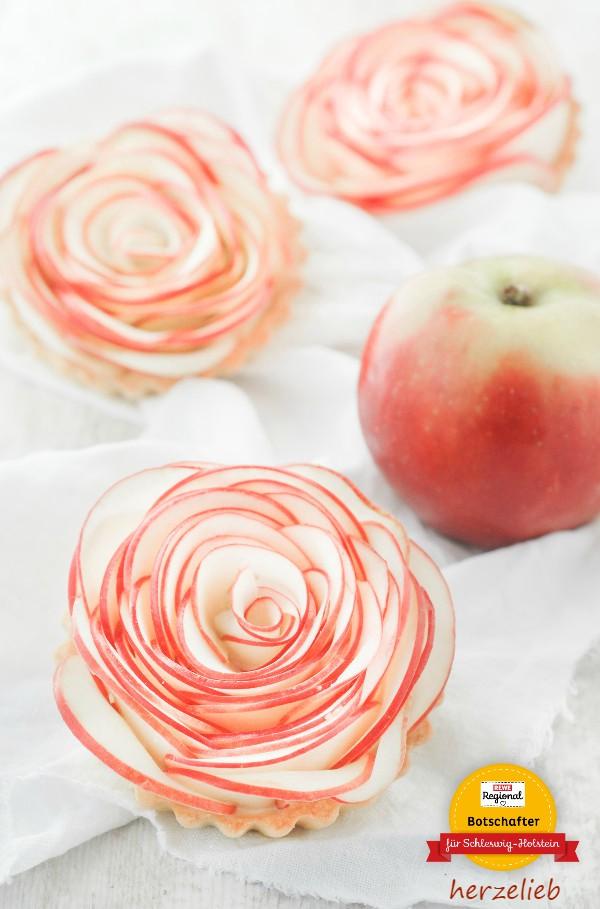 So sehen die Apfelrosen aus, bevor sie gebacken werden. Für das Rezept werden ganz dünne Scheiben gehobelt.