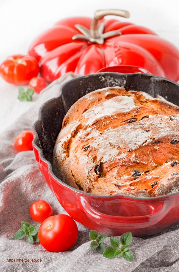 Tomatenbrot Rezept. Im Topf gebacken, einfaches Rezept