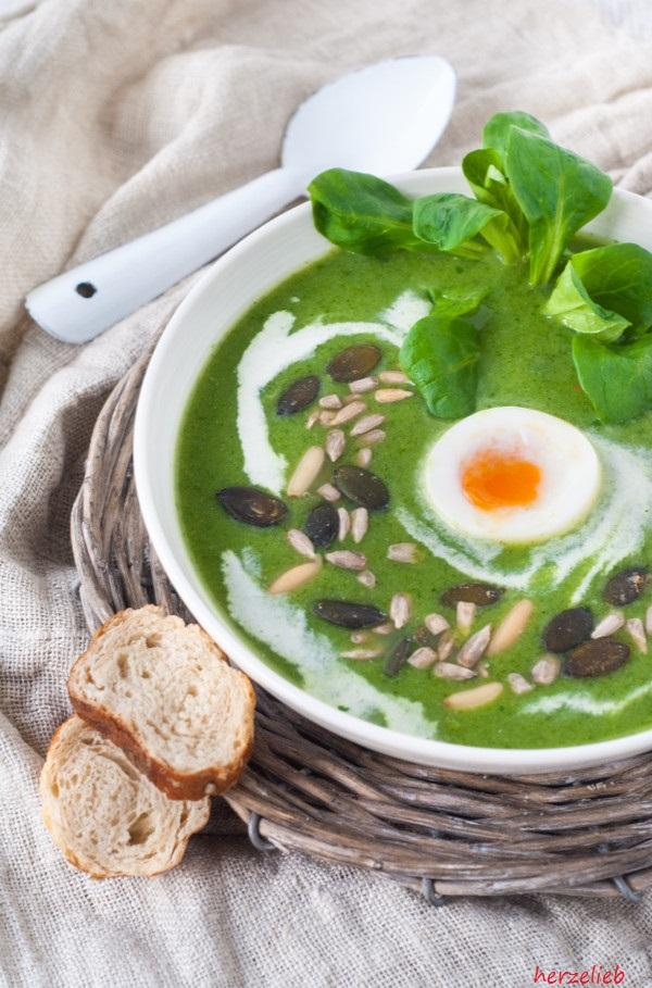 Broccolisuppe mit Feldsalat - Rezept mit Käse und Ei