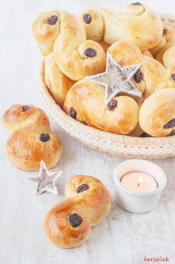 Lussekatt werden in Schweden zum Lucia Fest gebacken und gegessen.  Julgalt Form