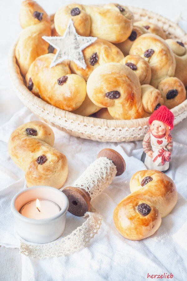 Lussekatt werden in Schweden zum Lucia Fest gebacken und gegessen. Ein Rezept mit Hefe, Butter, Quark, Safran, Kardamom und Liebe