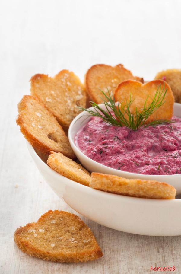 Rezept für rote Bete Tzatziki. Ein Dip, der zu Fleisch, Fisch oder Brot schmeckt!