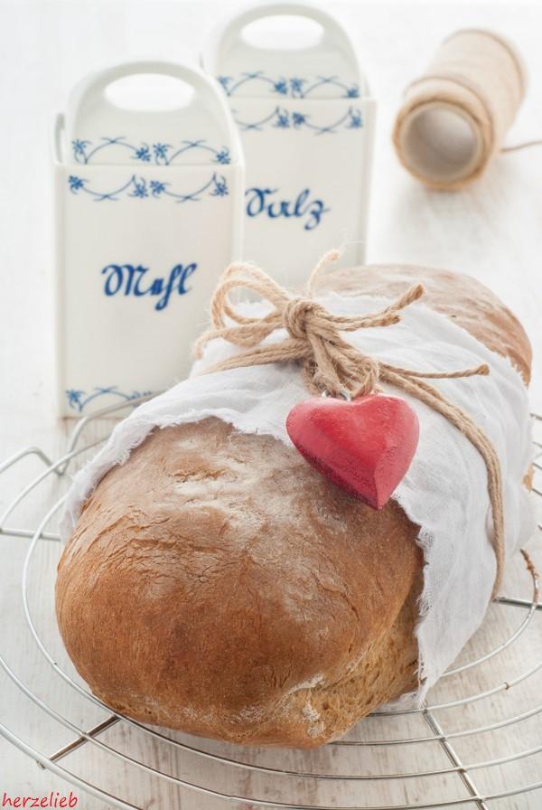 Rezept für selbstgebackenes Schwarzbier-Brot. Wenige Zutaten und großer Genuss!