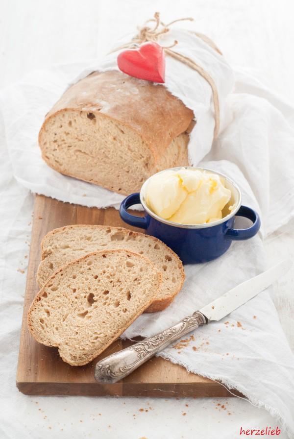 Rezept für selbstgebackenes Schwarzbier-Brot mit selbstgemachter Butter, ein echter Genuss!