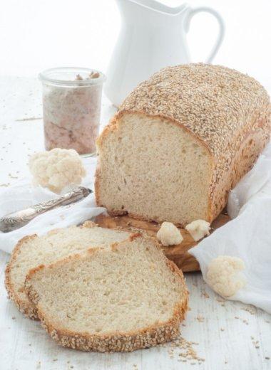 Blumenkohl-Brot schmeckt am besten mit herzhaften Aufstrichen!