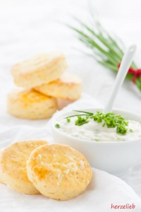Eine leckere Beilage sind diese kleinen Kartoffelscone mit Käse