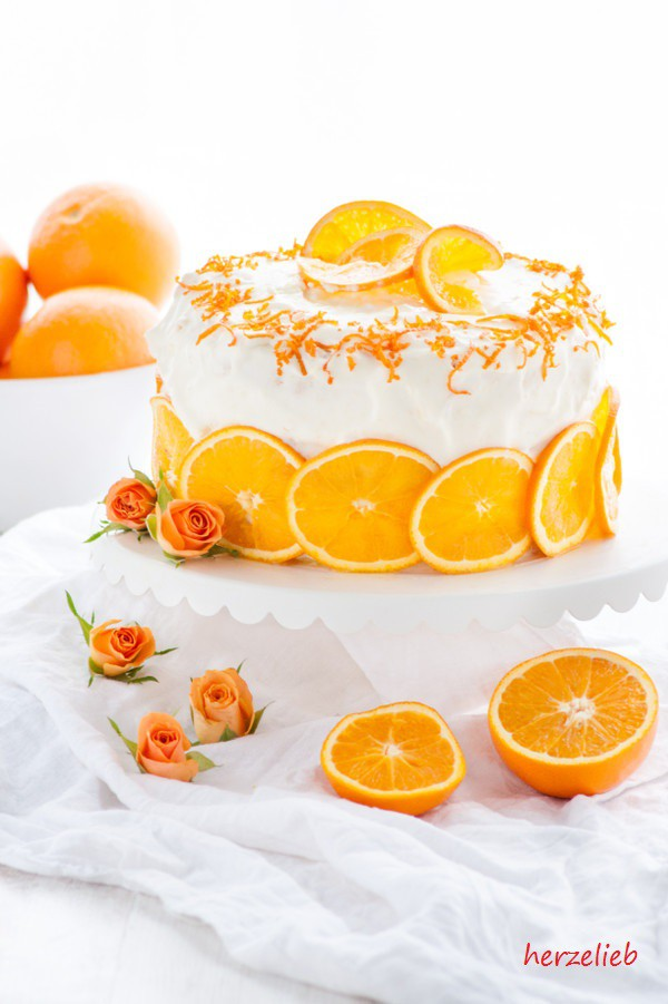 Fruchtige Orangentorte mit Rosen, Orangen und Orangenscheiben