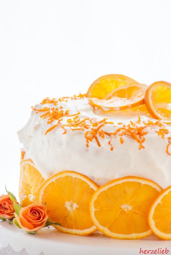 Orangentorte mit ganzen Orangenscheiben als Dekoration