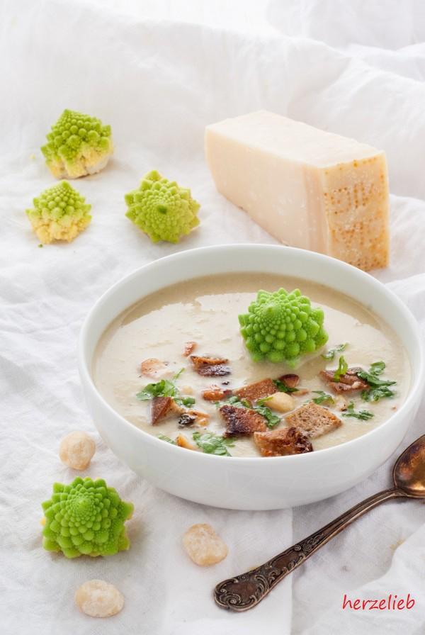 Romanesco-Suppe mit Nüssen - zum Sattwerden!