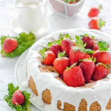 Dieser Erdbeer-Rhabarberkuchen wird mit einem ganz leichtem Rezept gebacken!