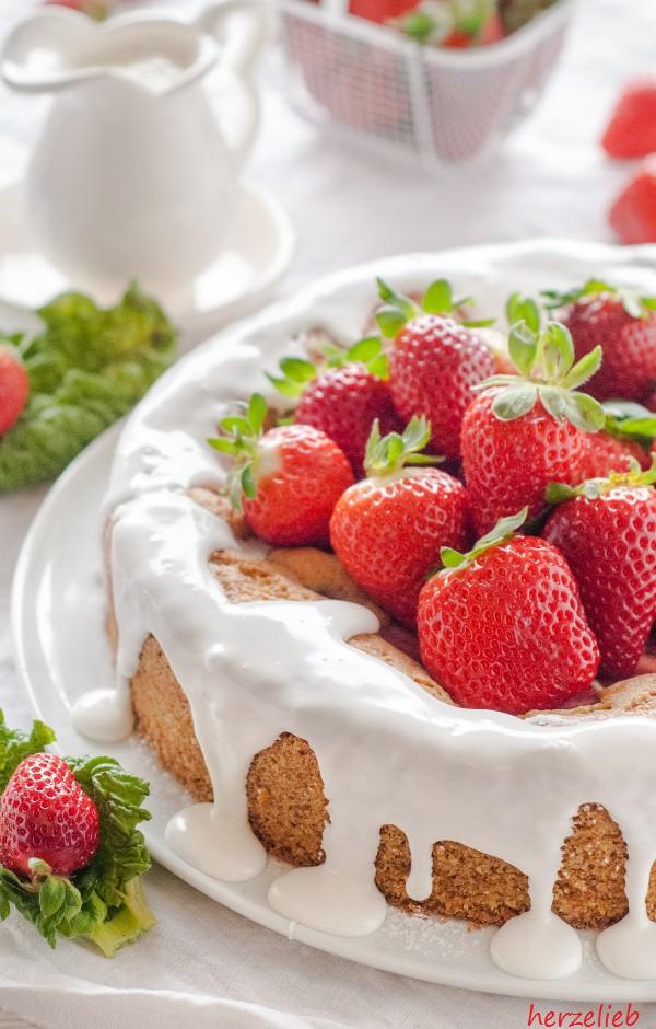 Dieses Rezept für einen Erdbeer Rhabarberkuchen ist blitzschnell gemacht.