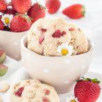 Rhabarber-Erdbeer-Kekse mit Macadamis schmecken nach Frühling!