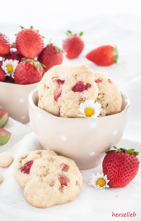 Rhabarber-Erdbeer-Kekse mit Macadamias
