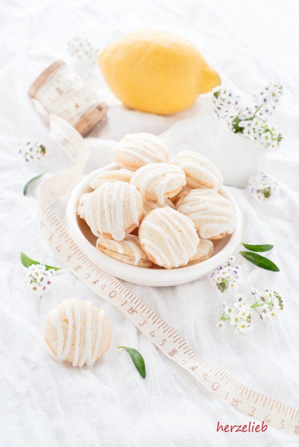 Ein Zitronen-Guss macht diese Saure-Sahne-Kekse so herrlich frisch!