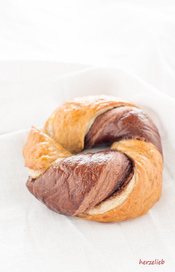 Bagels, gedreht und gefüllt mit Nuss-Nougat-Creme