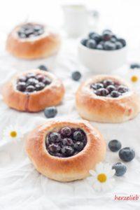 Blaubeer-Brötchen mit Marzipan - ideal zur Fika!