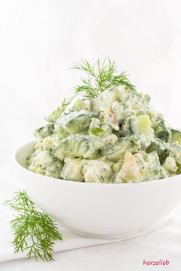 Sommersalat mit Gurke, Avocado, Feta und Dill