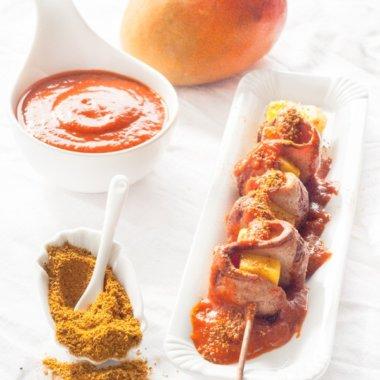 Currywurst am Spieß mit Mango und selbstgemachter Currysoße