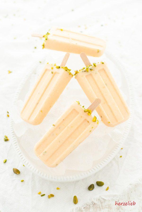 Eis am Stiel ganz so einfach sein und ein Meloneneis mit Honig und Pistazien ist einfach göttlich. Rezept von herzelieb