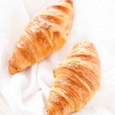 Französische Croissants, die übrig bleiben, kann man ganz einfach im Backofen aufknuspern!