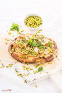 Recipe for pear pizza   Rezept Birnen Pizza   copyright by herzelieb // Birnen-Pizza ist die Kuchenpizza mit Pfiff.