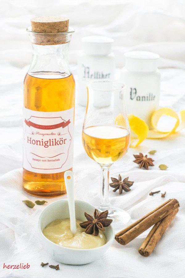 Honiglikör oder Bärenfang in der Flasche mit Glas und Gewürzen