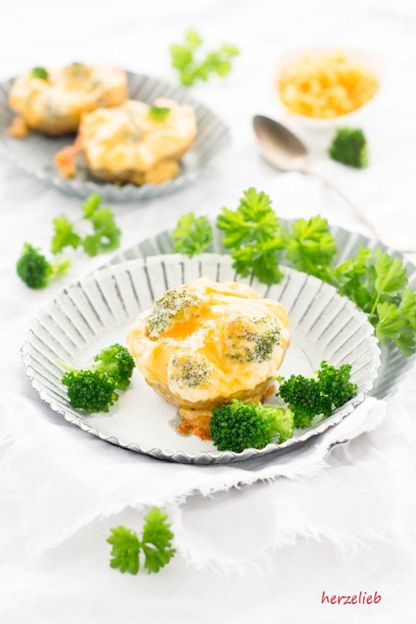 Lecker gefüllte Kartoffeln mit Broccolli und Käse. Einfaches Rezept