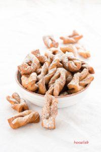 Diese Kekse sind in Dänemark auch als Kleijner bekannt. In Nordfriesland nennt man sie krumme Jungs. In Schmalz gebacken - ein Rezept von herzelieb.de