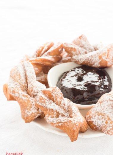 Diese Kekse werden in Schmalz gebacken. Sie sind auch bekannt als Kleijner in Dänemark und als Krumme Jungs in Nordfriesland. ein Rezept von herzelieb.de mit Hefe