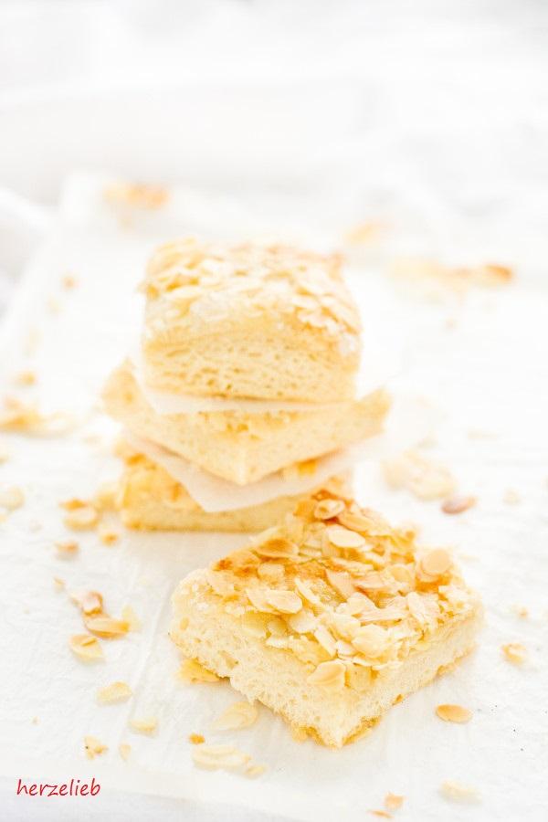 selbstgebackener Butterkuchen mit Mandeln vom Blech
