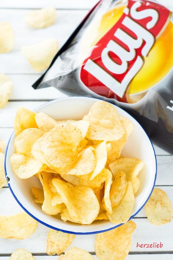 Burger und leckere Chips, das schmeckt herrlich!