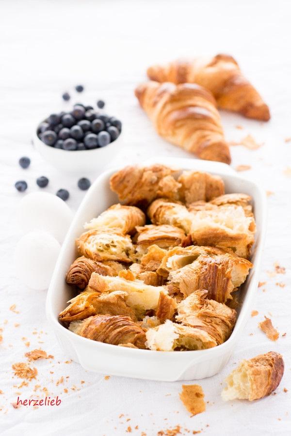 Nur ganz wenige Zutaten braucht man für den Croissantauflauf von herzelieb - das Frühstück ist gerettet