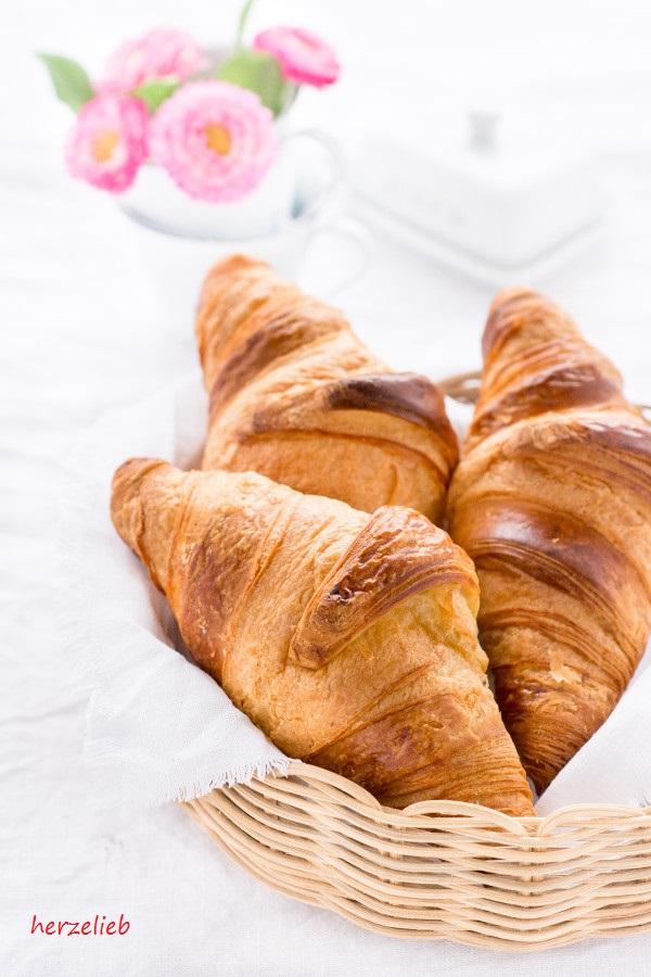 Altbackene Croissants sind ein Muss für den leckeren Croissantauflauf von herzelieb