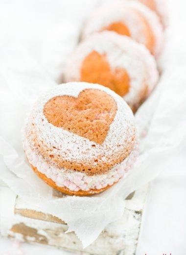 Kuchen zum Valentinstag, Geburtstag oder Muttertag - Marzipan Whoopie Pies von herzelieb