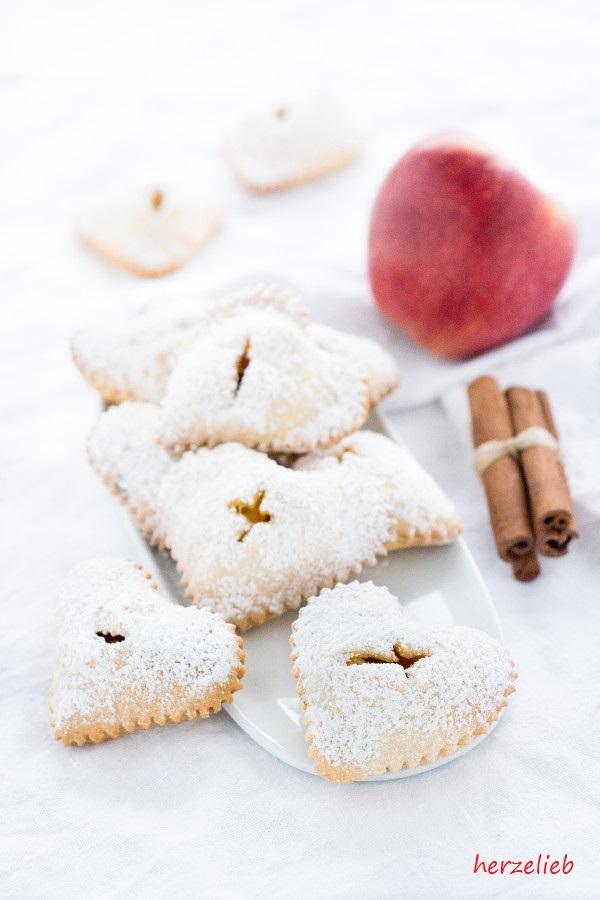Rezept für Apfel Handpies - Fingerfood auf dem Kuchentisch