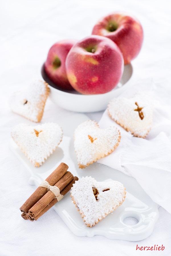 Mit diesen leckeren Apfel Handpies von herzelieb zaubert ihr Fingerfood für den Kuchentisch